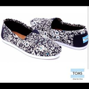 🔥30%OFF🔥Toms floral blue slip in size 8